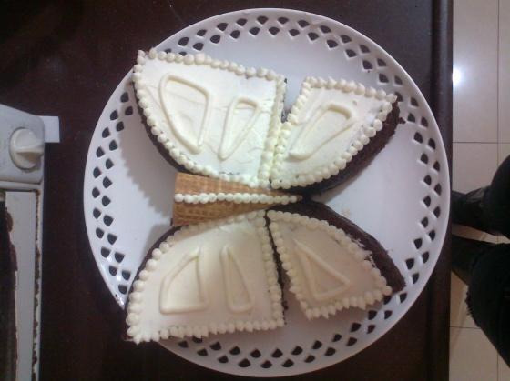 העוגה לאחר מריחה וזילוף הקרם.