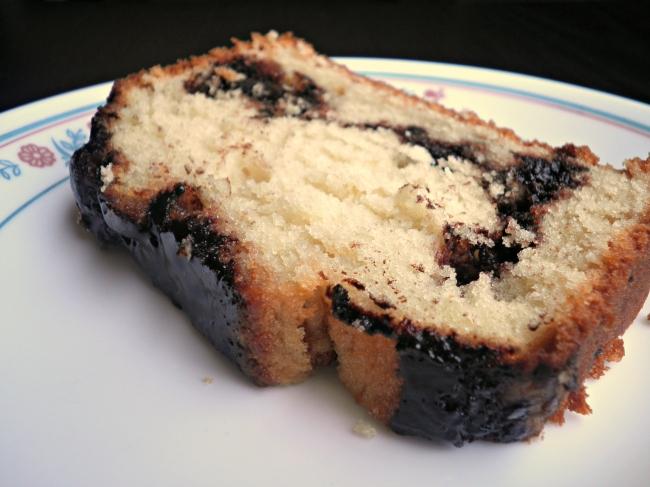 עוגת חמאה ויוגורט עם שכבות קקאו וסוכר חום