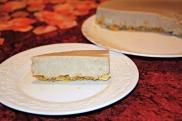 עוגת קרם חלבה על קראנצ' דבש (מטחינה מלאה)